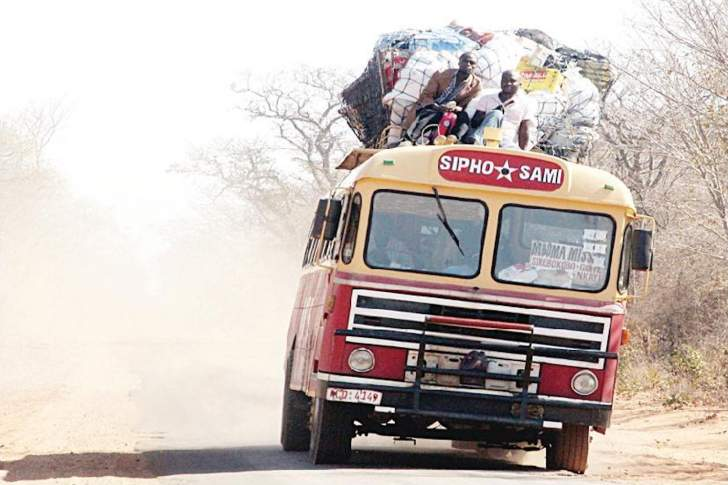 Dangerous games - 2 men risk falling off the top of a Nkayi-bound bus